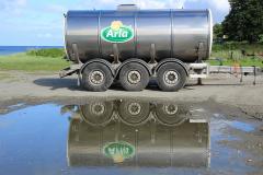 Arla har én leverandør på Barsø. Mælken hentes af en tankbil hveranden dag og hældes i denne køletank, som køres til mejeriet.