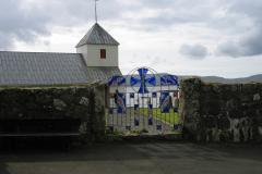 24_Lågen til kirkegården i Kirkebø. Glasarbejde af Trondur Patursson